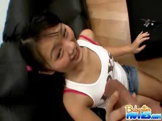 Kiimas väike lapsehoidja evelyn shows ära tema perse ja fingers sügav