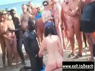 Между различни раси парти на на нудисти плаж видео