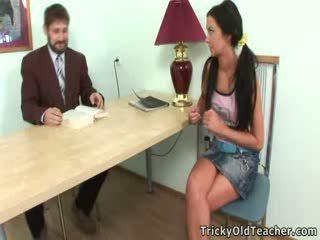 Perversi insegnante seduces suo attraente studente