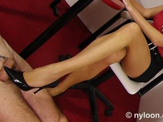 Nylon pantyhosed segretaria gives sega con le scarpe e sega coi piedi