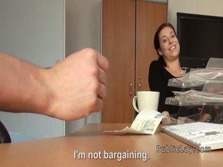 रेडहेड flashing titties के लिए कॅश में पब्लिक