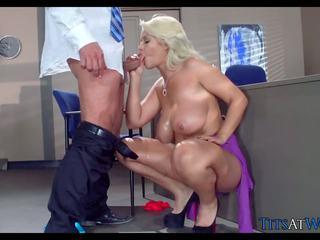 Stor blond detective pupper ved arbeid, gratis porno 10