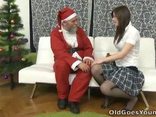 古い santa clause gives 若い ティーン a gift