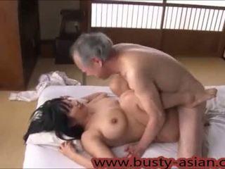 Młody cycate japońskie dziewczyna fucked przez stary człowiek http://japan-adult.com/xvid