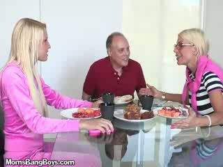 ब्लोंड बेब gets पुसी eaten द्वारा boyfriend