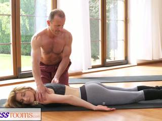 Fitnessrooms umazano yoga učitelj na čudovito fitnes.