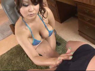 Bystiga asiatiskapojke i blue bikinin blows en kuk