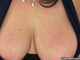 Brytyjskie mamuśka lulu exposing jej duży cycki i mokre cipka