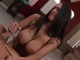Sexy brünette mit riesig titten gives sie mann ein steamy handjob