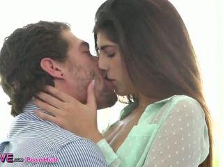 امرأة سمراء, الثدي الصغيرة, تقبيل