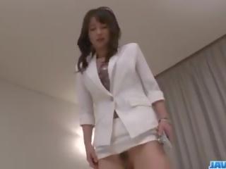 Азиатки медицинска сестра ayumi iwasa devours хуй между тя ръце