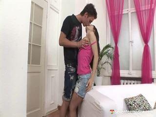 امرأة سمراء, الجنس في سن المراهقة, شاب