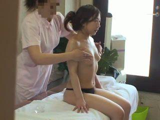 Vrouw used door lesbisch masseuse