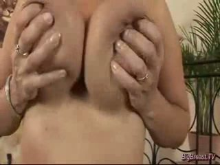 Breasty dame मास्टर्बेटिंग