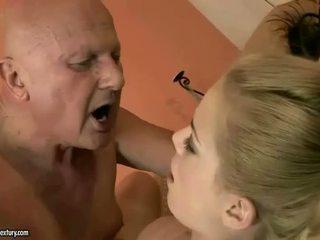 Ļoti vecs vectēvs loves jauns meitene