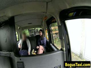 Angļi taxi amatieri ar nose pīrsings sucks