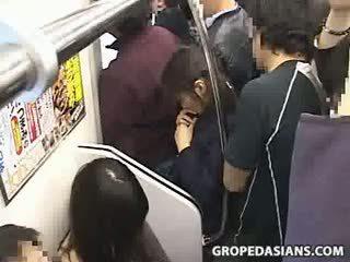 Innocent dospívající tápal na orgasmu na vlak