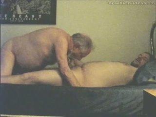 Grand-père has amusement avec grandson