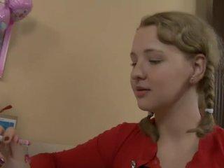 Uzbudinātas pusaudze fucked līdz viņai skolotāja