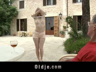 Oldje: denisa heaven screwed με an γριά άνθρωπος outdoors