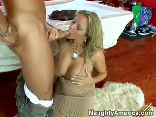 Soczyste gorące gwiazda porno amber lynn bach hooks a meaty pole w jej steamy usta