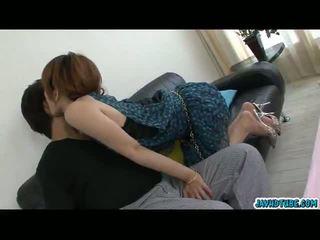 Heerlijk aziatisch babe moe aizawa samen met haar lover op de sofa