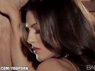 Seductive indisk beauty strips ner och fingers henne rosa fittor