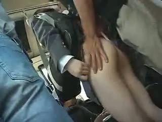 Schoolmeisje has naar geven een pijpen in een bus