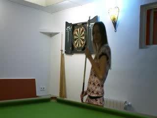 Two babes uz apavi par billiards tabula