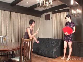 جنسي اليابانية في geisha outfit gets الثدي squeezed