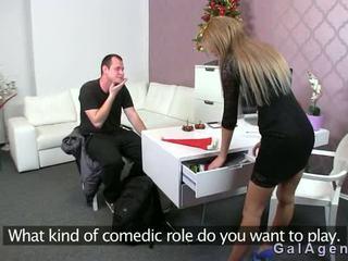 Female agent gets připojenými opčními výstřel na ji noha od guy na odlitek