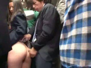 Scolarita bajbai de stranger în o crowded autobus
