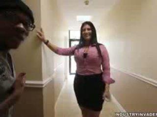 Kim cruz plays apģērbta sievete kails vīrietis uz viņai birojs