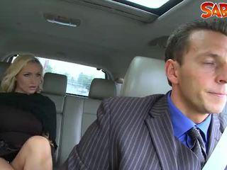 Kåta widow nailed av chauffeur