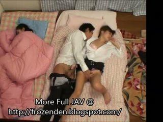 Trying pentru păstra quiet în timp ce futand dormind step-daughters