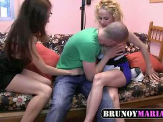 Jovencita inexperta folla con una parejita joven de brunoymaria