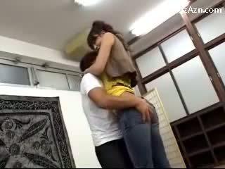 Trumpas guy bučiavimasis su aukštas mergaitė licking pažastis rubbing jos šikna į the middle apie the kambarys