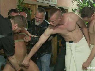 Muscle mate gangbanged à club eros sexe club