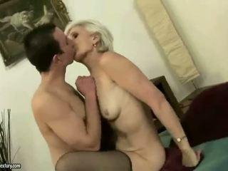 Príťažlivé babka enjoys sex s a chlapec
