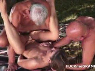 Two uzbudinātas vecs men fucked līdz jauns skaistule