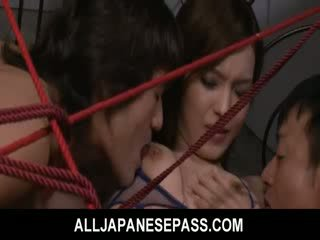 Mei haruka ist tied nach oben und takes drei dongs im sie fotze und mund.