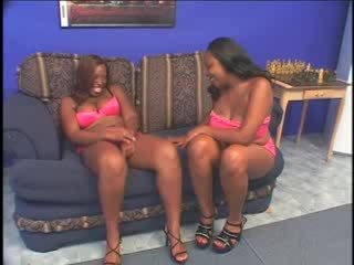 Lesbisch scène met bbw ebonies licking twat