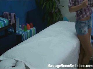 Cindy seduced và fucked lược qua cô ấy massage therapist trên ẩn camera
