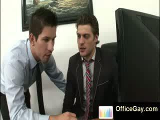 Homo guy i kapuri masturbim në punë në zyrë