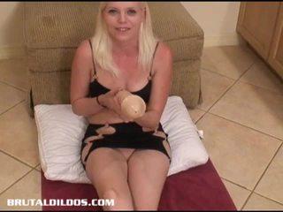Jayda enjoys a massiivne dildo