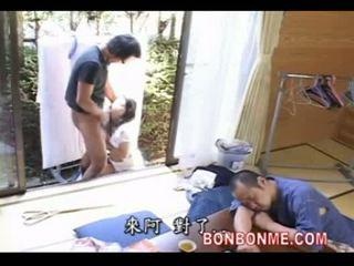 אמא מזוין על ידי בן כאשר אב ישן