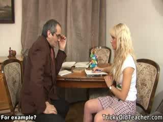 Chutné blondie fucked brutally podľa ju perverzné učiteľka.