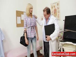 Rambut pirang paris kunjungan gynoclinic untuk memiliki dia alat kemaluan wanita gyno examined