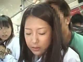 Two schoolgirls ledhatim në një autobuz