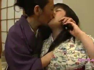 Aasialaiset teinit sisään kimono gets hänen tiainen licked